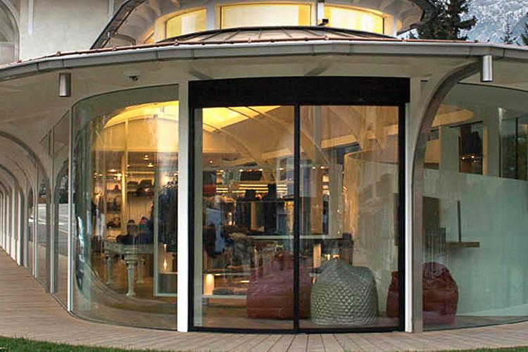 Flächenbündige Glaseingangstür in Glasfassade