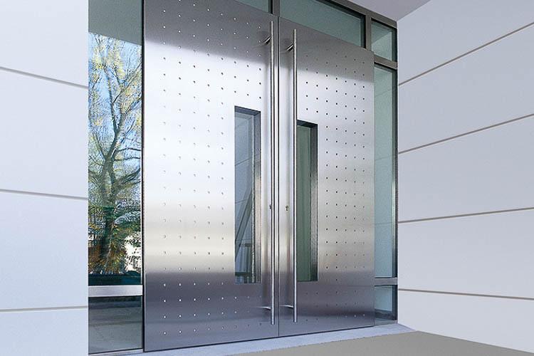 Haustüranlage in geprägtem Edelstahl mit flächenbündiger Glasöffnungen