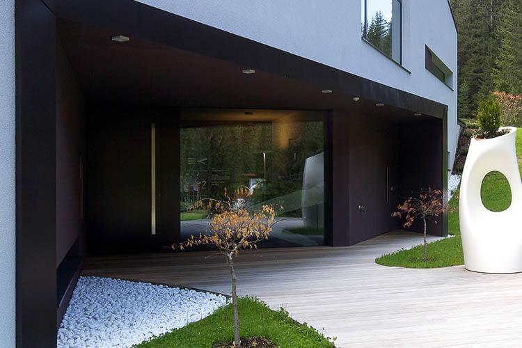 lackierte Hauseingangstür mit flächenbündigem Glas