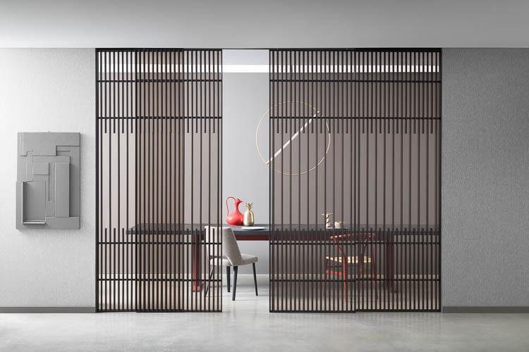 Designschiebetür mit Holzsprossen und unsichtbarer Laufschiene