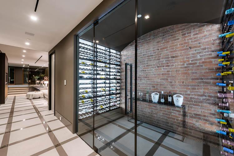Weinklimaschrank mit Regalsystem und Pivot Glastür