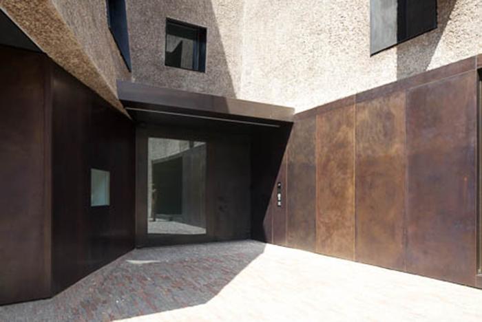 Haustür Tombak mit flächenbündiger Verglasung und Wandverkleidungen