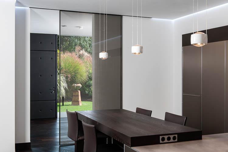 Glasschiebetür raumhoch und Haustür mit Leder bespannt
