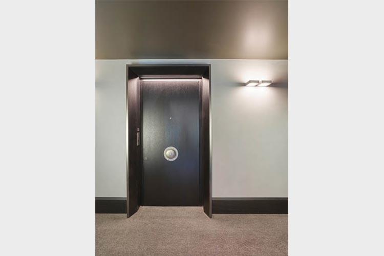 Hotelzimmertür mit Portal und Sondergriff