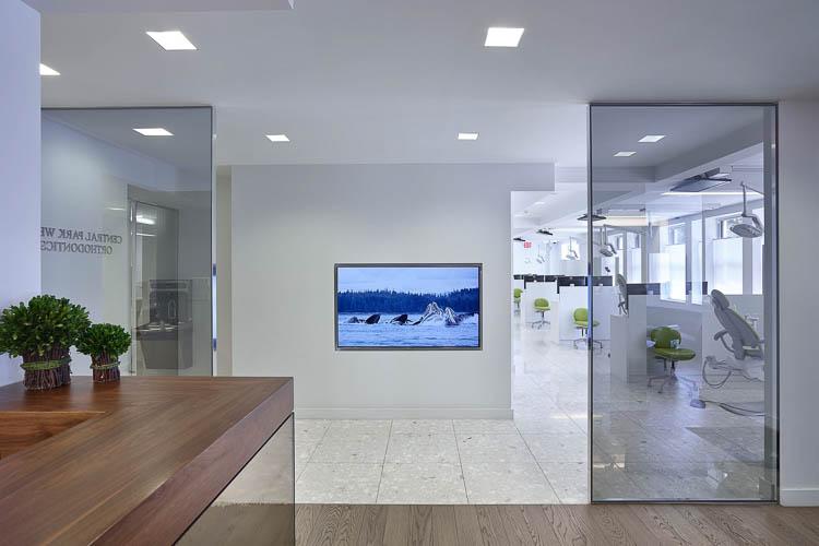 Raumhohe Festverglasungen flächenbündig mit den Wänden