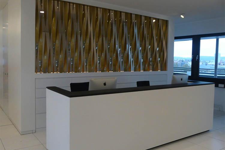 Raumteiler aus Glas mit Bronze Lamellen