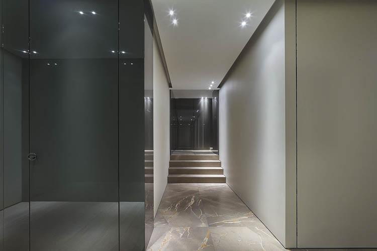flächenbündige Wandverkleidung mit Tür in Hochglanz polierter Oberfläche