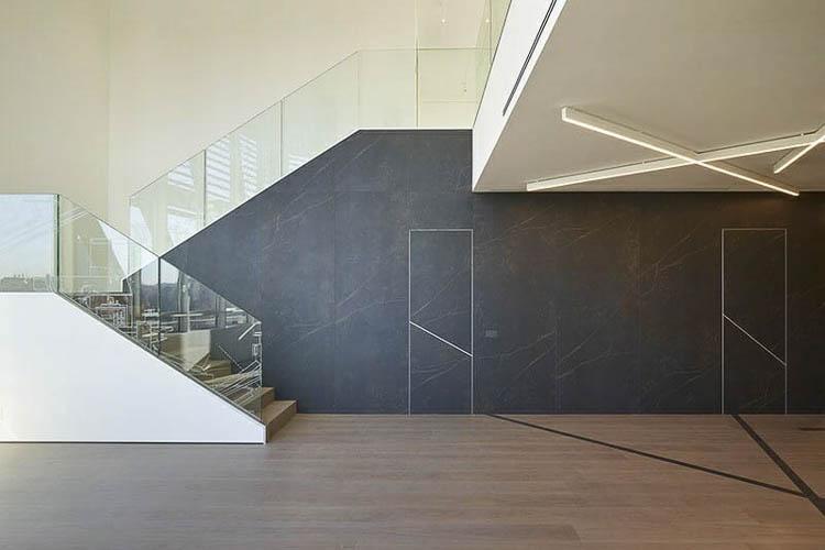 wandbündige Türen mit mineralischem Werkstoff in Wandfläche integriert