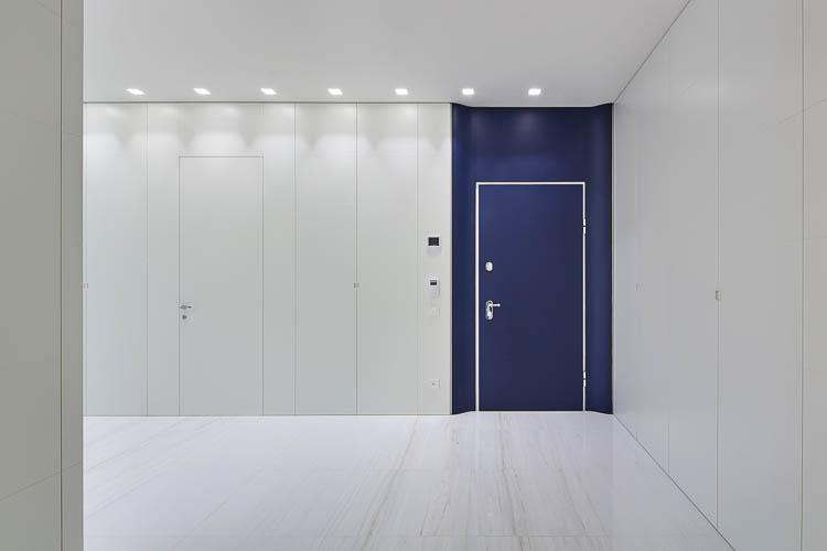 Wandverkleidungen mit Einbauschränken und wandbündigen Türen