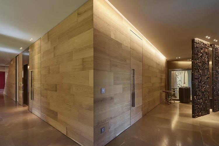 Wandverkleidung mit flächenbündigen Türen